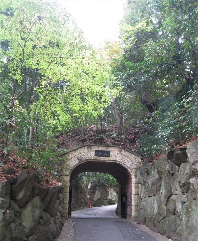 トンネルを抜けると、美術館がすぐ先
