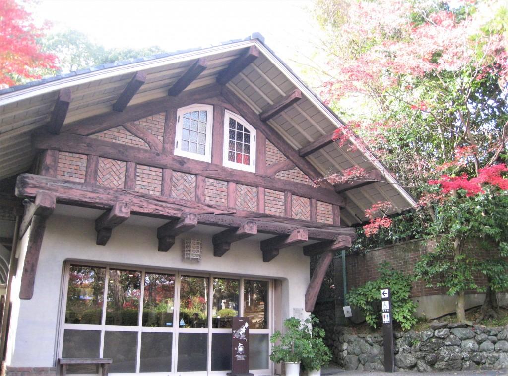 ここはレストハウス。かつて車庫として使われていたそうで、チューダーゴシップ様式で建てられています