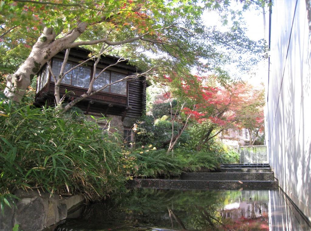 橡の木茶屋と地中館の間には水の流れが