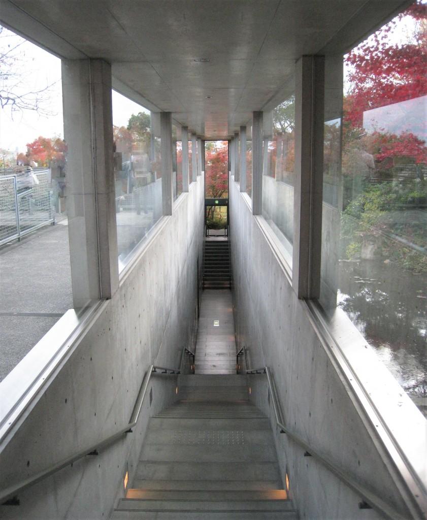 安藤忠雄設計による地中館「地中の宝石箱」は、周囲の景観との調和をはかるため半地下構造で設計されています